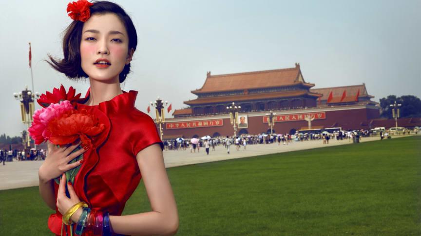Chen Man publicerad i Vogue, nu aktuell med Fearless & Fabulous på Fotografiska. En lek med den för Kina klassiska röda signalfärgen här i utmanande situationer där gammalt och nytt möts. @Chen Man Long Live the Motherland, Beijing No. 1, 2010