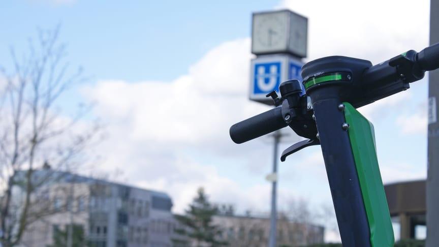 Im Zusammenspiel mit Bus und Bahn könnten E-Scooter in Zukunft zur Verkehrswende beitragen. Foto: SIGNAL IDUNA