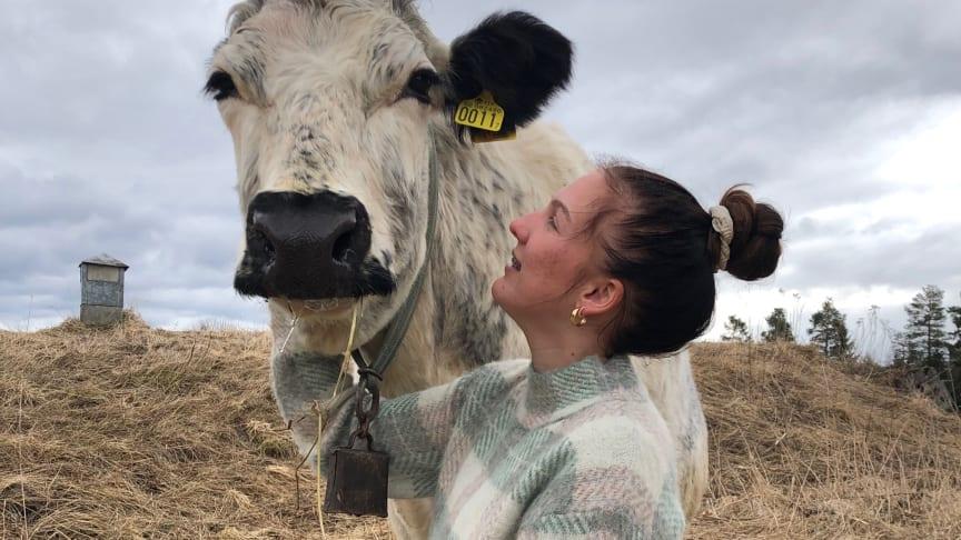 Maja Nordevind som läser inriktning lantbruk, årskurs 3, på JGY Torsta Naturbruksgymnasium har fått en tillsvidareanställning innan hon tagit studenten. Foto: Annie Gradin