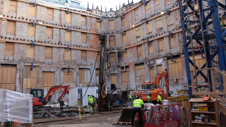 En varsam återuppbyggnad av Vildmannen 7 på Biblioteksgatan i Stockholm pågår. Foto: Hufvudstaden