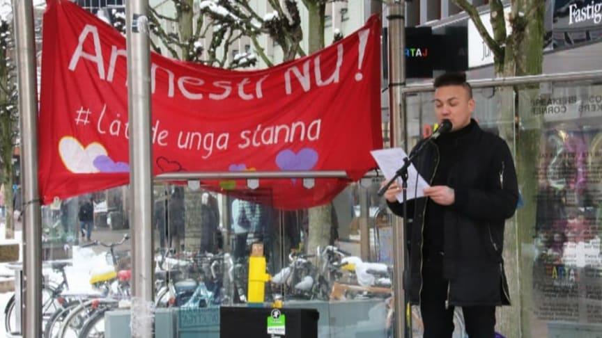 Ahmad Rahimi talar på en manifestation.