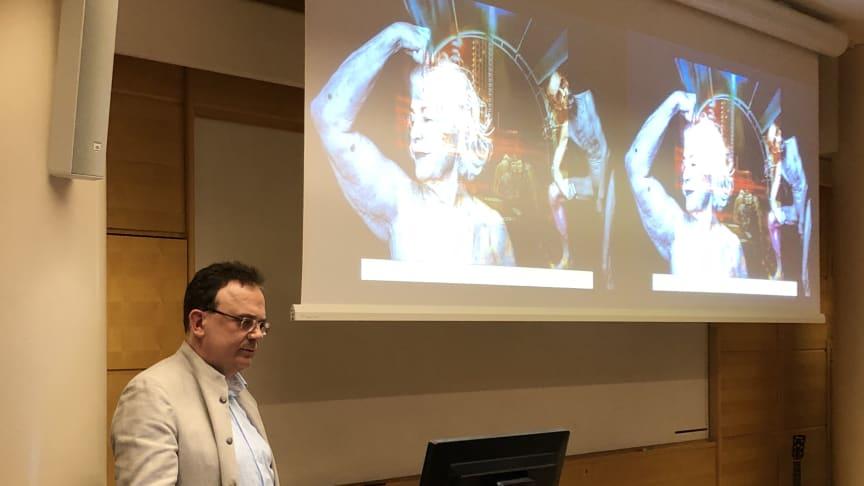 Bildtext: Martin Hellström tog tillfället i akt att under sitt tal  visa upp de normpedagogiska fotografier av Elisabeth Ohlson Wallin som finns på högskolans nya Kliniska LärandeCentrum, KLC.