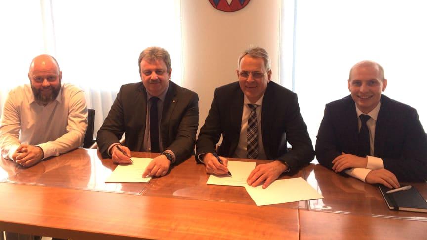 Bürgermeister Ulrich Brey (2. v. l.) und Christoph Henzel vom Bayernwerk (2. v. r.) unterzeichneten im Beisein von Geschäftsleiter Uwe Auburger (links) und Kommunalbetreuer Daniel Pangerl den neuen Konzessionsvertrag.