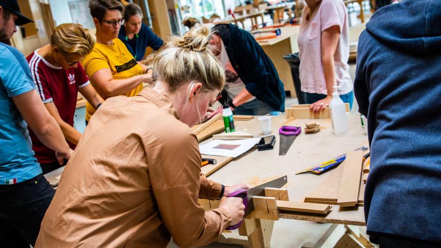 En skolelærer fra Favrskov er i gang med at bygge sit modelhus.