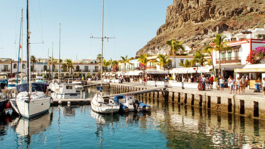 Puerto de Mogán, den lille charmerende kanariske fiskerby, er populær blandt danskerne. Her blandes nyt og gammelt i perfekt harmoni, og i de små, hyggelige, bilfri gader ligger hvidkalkede huse side om side med vægge beklædt af bougainvillea.