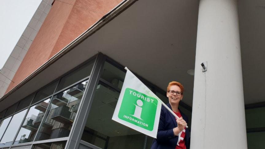 I veckan stänger Turistbyrån i kulturhuset och turistbyråföreståndaren Ida Flygare är beredd att flytta InfoPointflaggan. Från den 3 september erbjuds turistinformation i centrala Hässleholm via en InfoPoint i Stadshuset. Foto: Michael Petersson