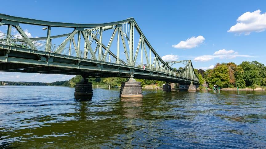 Die Glienicker Brücke: Einst Symbol der Teilung, verbindet heute wieder Potsdam und Berlin. Foto: TMB-Fotoarchiv/Steffen Lehmann.