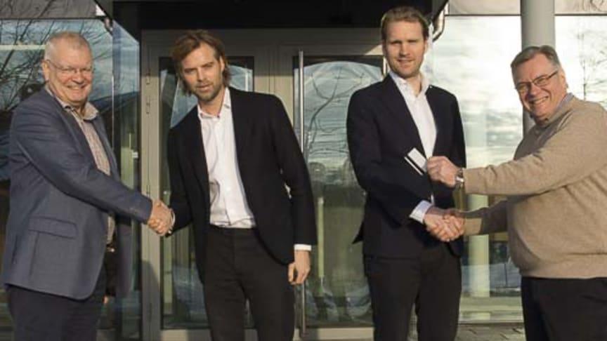 SKKs ordförande Pekka Olson och vd Ulf Uddman tillsammans med representanter från fastighetsbolaget Landera efter att avtalet skrivits under.