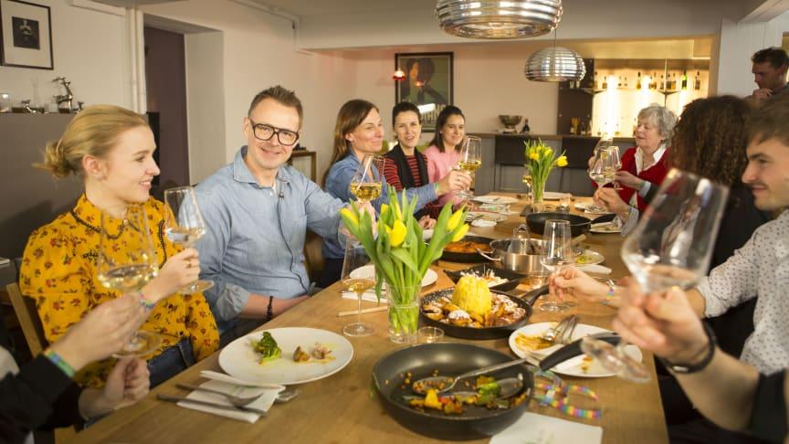 """Essen in gemütlicher Runde und dabei Gutes tun: Spitzenkoch Holger Stromberg ruft zur Teilnahme an der Aktion """"Lecker helfen"""" auf. Foto: SOS-Kinderdörfer weltweit"""
