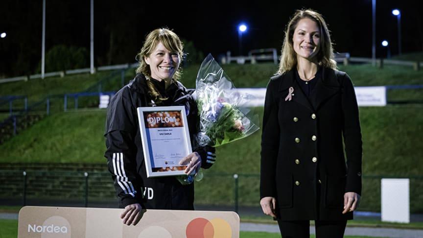 Vivi Darla tar emot pris som årets eldsjäl av Nicole Forslund (L) ordförande i idrott- och fritidsnämnden. Foto: Thomas Hultgren