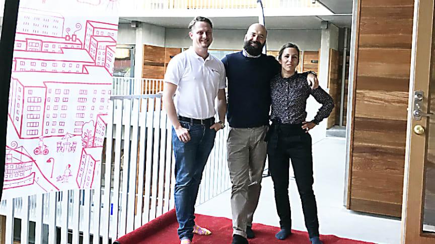 Röda mattan är utrullad för de boende i etapp 1 i Brf Viva. Fabian Billing, Martin Lundblad och Matilda Kjellander från Riksbyggen beredda att ta emot de första som ska flytta in i Brf Viva.