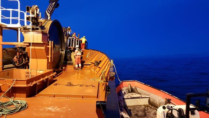 Her er kabelskipet på plass for å reparere fiberkabelen som røk utenfor Gjesvær i Finnmark.