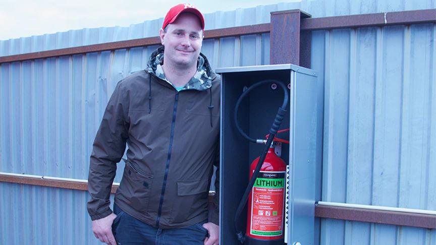 Jonas Nilsson, transportledare på Halmstad Bärarelag har fått införa nya rutiner för att transportera uttjänta litiumbatterier.