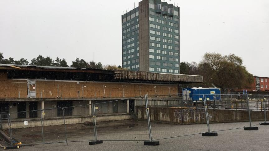 Staket runt det eldhärjade Bjurhovda centrum som nu ska rivas.