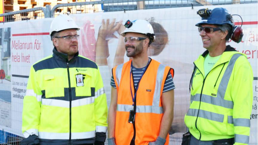 Från vänster: Roger Yrjas, marknadsområdeschef Riksbyggen, Martin Degeryd, projektchef Skanska Sverige, Distrikt Uppsala Bostad och Peter Ohlsson, yrkesarbetare, Skanska Sverige.
