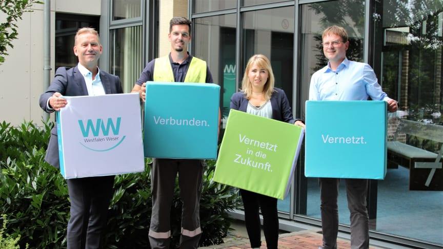 Spenden gemeinsam (v. l.): Jürgen Noch, Geschäftsführer WW, Thomas Tegethoff, Netzmonteur, Johanna Mückenhaupt, Bachelor-Studentin, Daniel Böddeker, Betriebsratsvorsitzender.