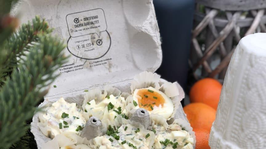 Tips! Återanvänd dina äggkartonger och servera smårätter i vid utomhusfesten.
