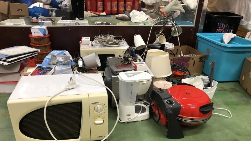 På bruktmarkedet gis det bort kjøkkenutstyr, lamper, potter, bøker, møbler og mye mer!
