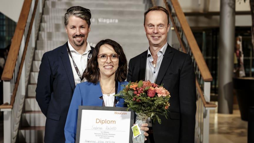 Peter Westbye, Senior Scientist (tv) och Leif Karlson, R&D Manager Nouryon tillsammans med  Nouryon Nordic Prize vinnaren Sabrina Valetti, Malmö Universitet.