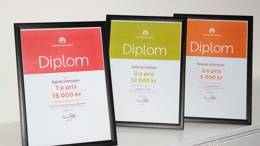 Diplomen till de tre vinnarna i den senaste omgången av Brottsoffermyndighetens uppsatstävling Brottsoffer i fokus.