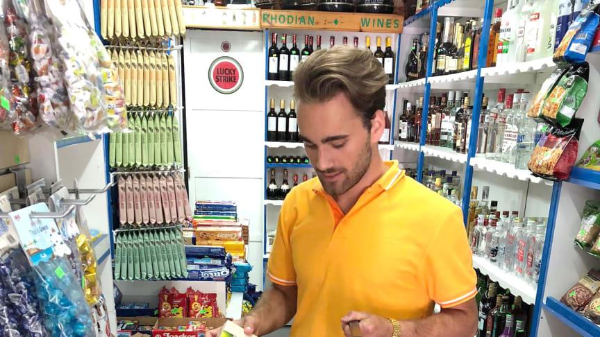 Spies' David Helin shoppede efter indkøbslisten i et supermarked i Rhodos by. Slutprisen blev næsten 100 kr. lavere end derhjemme.