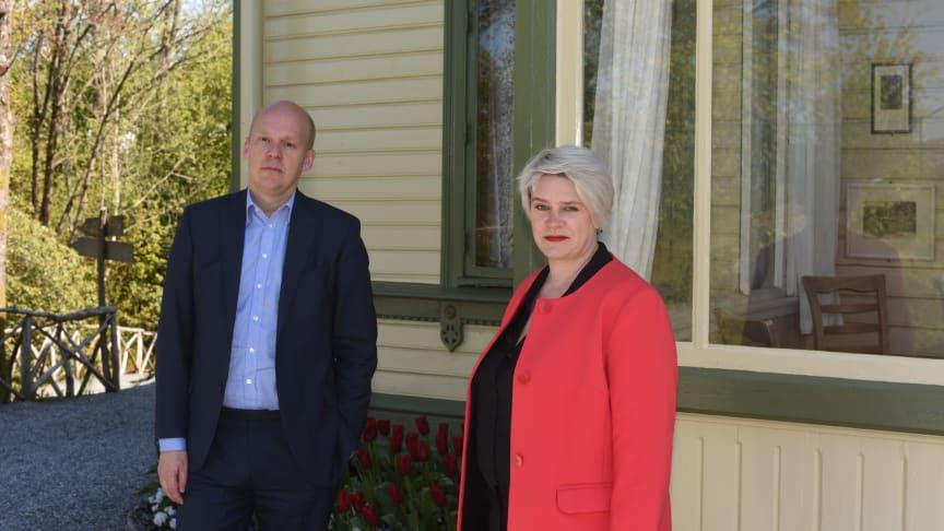 KODEs direktør Petter Snare og styreleder Marte Mjøs Persen orienterte idag pressen om KODEs vanskelige økonomiske situasjon (foto: Dag Fosse/KODE).