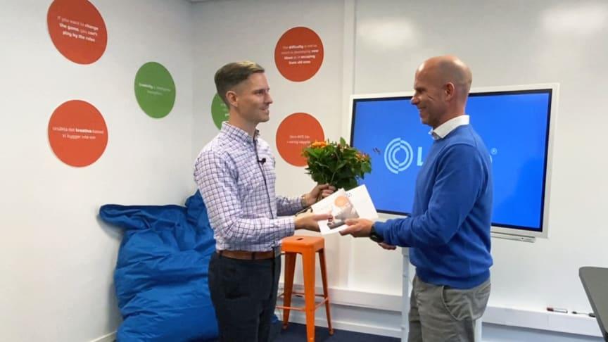 Jonas Blanck (till vänster) tar emot Innovationspriset av utdelare Niklas Friberg.