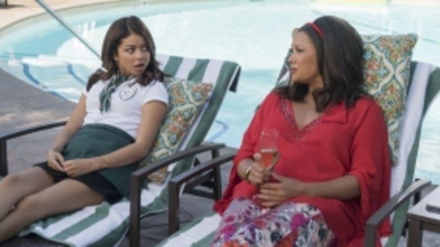 Sarah Hyland som Haley och Vanessa Williams som Rhonda i Modern Family säong 9 premiär på FOX den 4/2