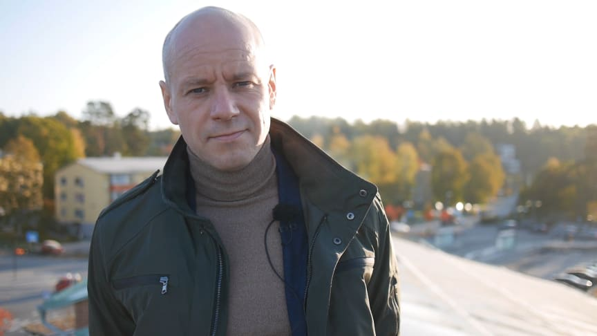Mikael Ångman vid en av Rexels första solanläggningar som såldes i starten på företagets solsatsning i Sverige för cirka sex år sedan.