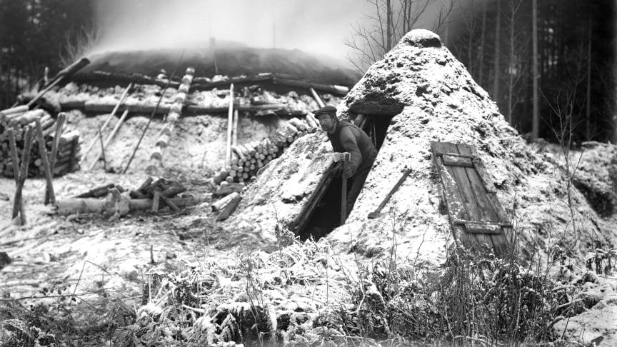 Kolmilan har blivit en symbol för det hårda arbetet i skogen förr i tiden. Kolarmila och kolarkoja, Lindesberg, 1918. Foto: Samuel Lindskog, Örebro läns museum, Ingen upphovsrätt.