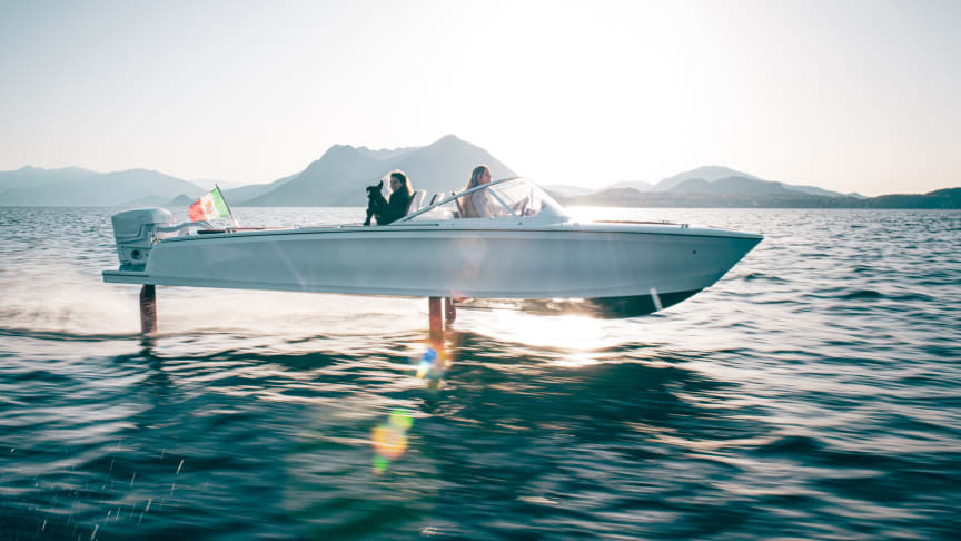 Candela C-7 is the first electric boat to offer a combination of long range and high speed, thanks to computer-controlled hydrofoils.