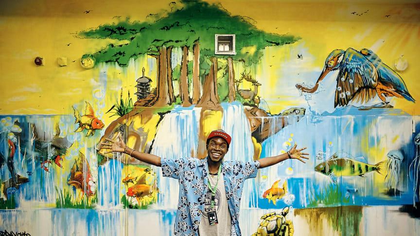 Künstler Jobray Writer aus Uganda vor seinem Werk in der Millerntor Gallery (c) Stefan Groenveld für Viva con Agua