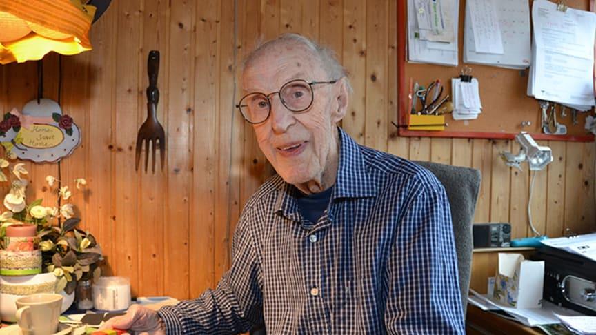 Partillefotografen Åke Hellgren är den första att tilldelas stipendium ur nybildade Inger och Gösta Sundströms kulturstiftelse.