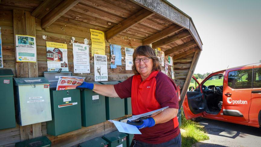 Rita Fjærli Teigen har levert post daglig i mossedistriktet siden 1985. Fra 7. juli vil hun besøke hver postkasse annenhver dag. Foto: Birger Morken