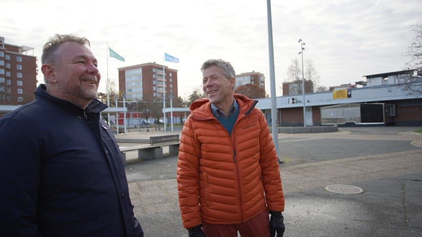 Ett symboliskt handslag ägde idag rum mellan Eidars Vd Urban Blom och Skanskas distriktschef Anders Ericsson i samband med att avtalet för utvecklingsprojektet kring Kronogårds torg signerades.