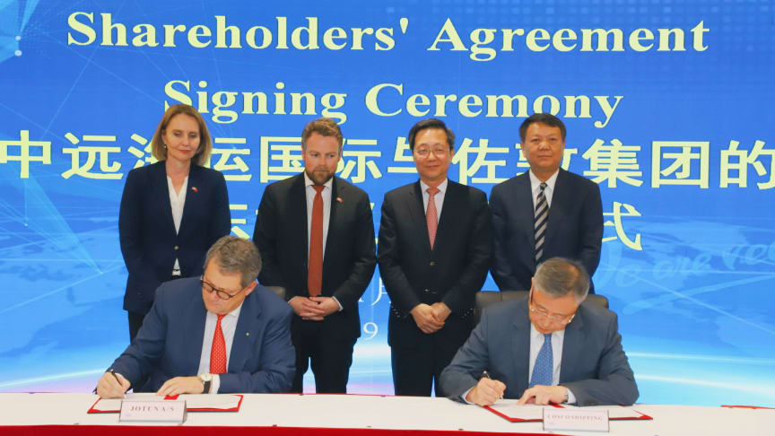 From left to right: Standing: Mrs. Signe Brudeset, Norway's Ambassador to China Mr. Torbjørn Røe Isaksen, Norwegian Minister of Trade and Industry Mr. Xu Lirong, Chairman of China COSCO Shipping Group Mr. Zhu Jianhui, Director and President of COSCO