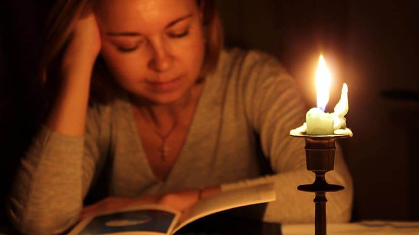 Lesen bei Kerzenlicht lässt die Augen schnell ermüden.