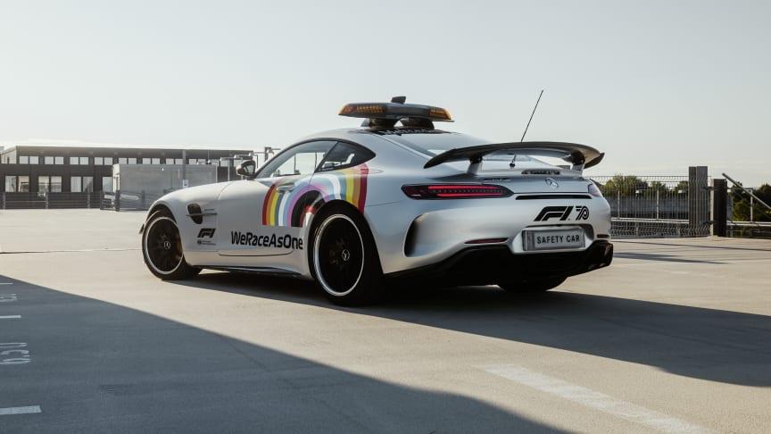 """Liksom förra året är det en Mercedes AMG GT R som har rollen som Safety Car i Formel 1. Men i år med en helt ny design med regnbågsdekor och texten """"WeRaceAsOne""""."""