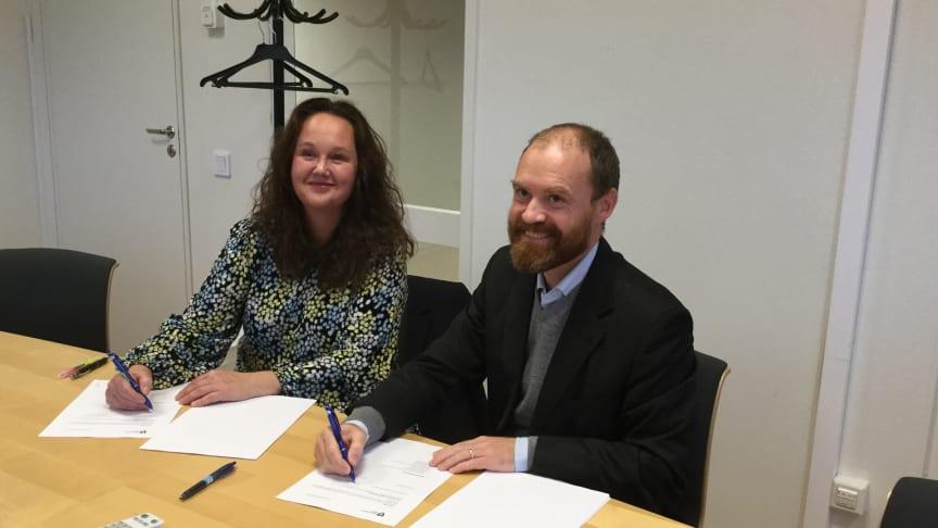 Bitr stadsdelsdirektör Victoria Callenmark och Rädda Barnens Johannes Nilsson undertecknar avtalet.