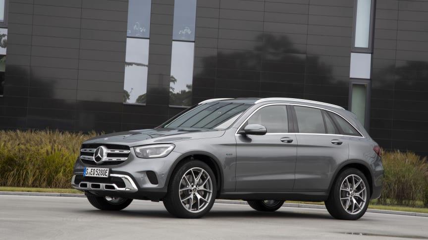 Mercedes-Benz GLC 300 e SUV 4MATIC får en räckvidd på el på ca 4 mil och kostar från ca 559.900 kr.