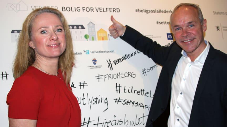Arbeids- og sosialminister Anniken Hauglie og kommunal- og moderniseringsminister Jan Tore Sanner under lanseringen av veiviseren 1. november. (Foto: Husbanken)