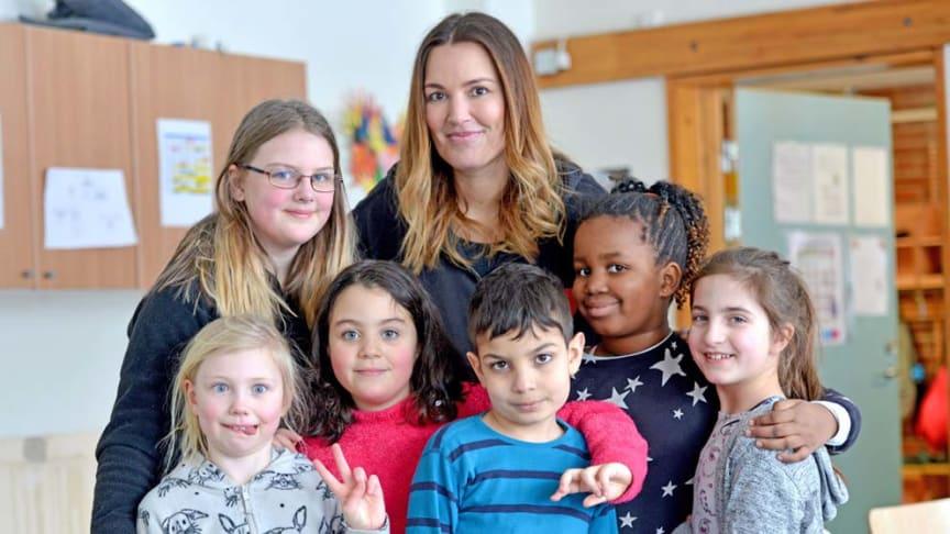 Pristagaren Semira Vikström tillsammans med barn från Visättraskolan i Huddinge. Foto Magnus Hartman.
