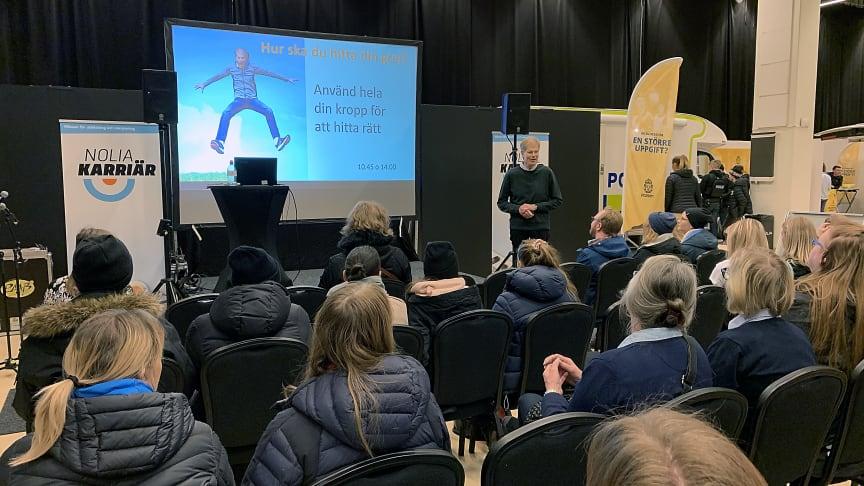 Ingmar Andersson inspirationsföreläser under mässan i hur man använder hela sin kropp för att välja rätt bland alla utbildningsvägar.