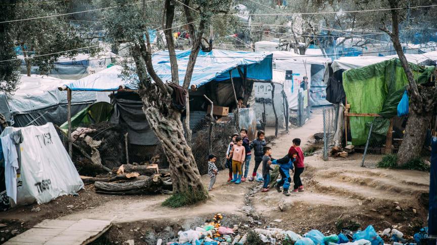 Corona: Millionen Kinder hausen in Flüchtlingslagern, wie diesem hier auf Lesbos. Sie und ihre Familien haben meist keinen Zugang zu medizinischer Versorgung, geschweige denn zu Intensivstationen oder Atemmasken. (Foto: Alea Horst; SOS-Kinderdörfer)