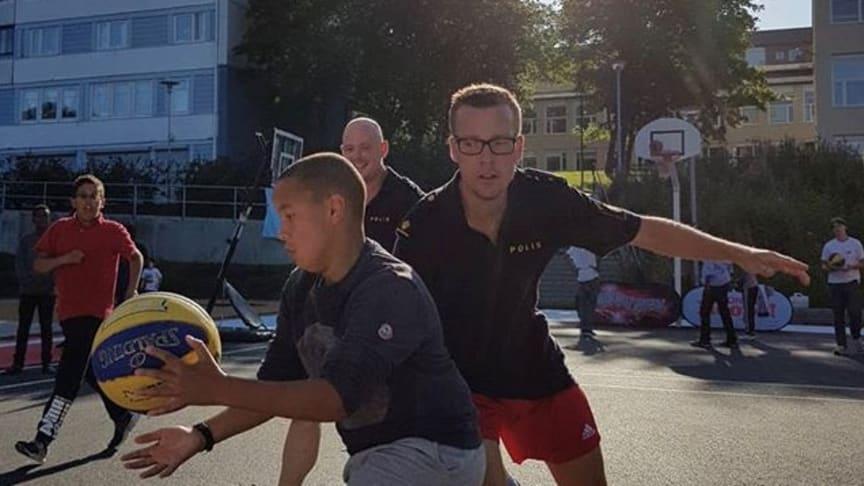 Under BonnierHoops satsning spelades flera matcher mellan blåljuspersonal och ungdomar från Biskopsgården och andra stadsdelar. Ett framgångsrikt koncept i att möta de unga och skapa goda relationer. Foto: BonnierHoops