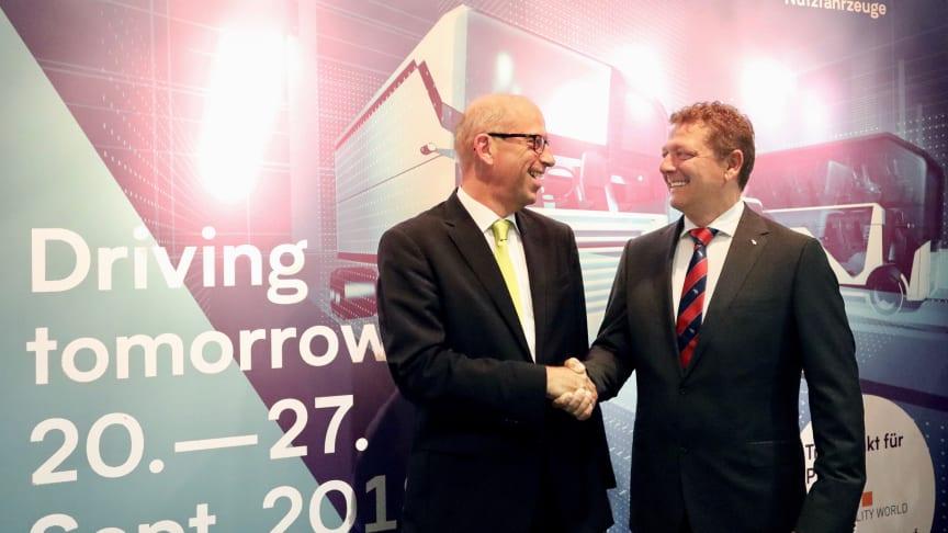 v.l.: Jens Zeller (Geschäftsführer idem telematics GmbH) und Marco Reichwein (Geschäftsführer Cargobull Telematics GmbH) besiegeln ihre strategische Kooperation auf der IAA Nutzfahrzeuge in Hannover.