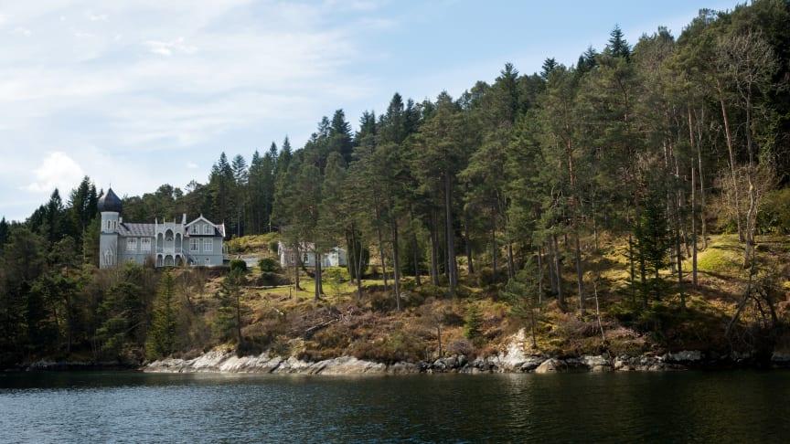 Utsikt mot Ole Bulls villa på Lysøen. Foto: Dag Fosse / KODE