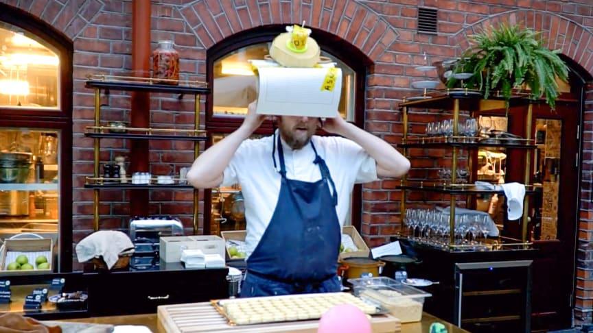 Anders Samuelsson utforskar barnens kreativa menyförslag. (Ur Youtube-videon)