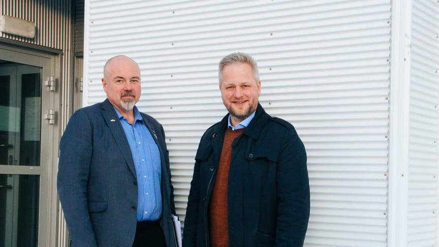 Bodø: Jørn Østensen (t. h) blir bilselger for Opel og Citroën. Her sammen med Daglig leder for M Nordvik, Chriss Marken (t.v) Foto: Nordvik Gruppen AS.