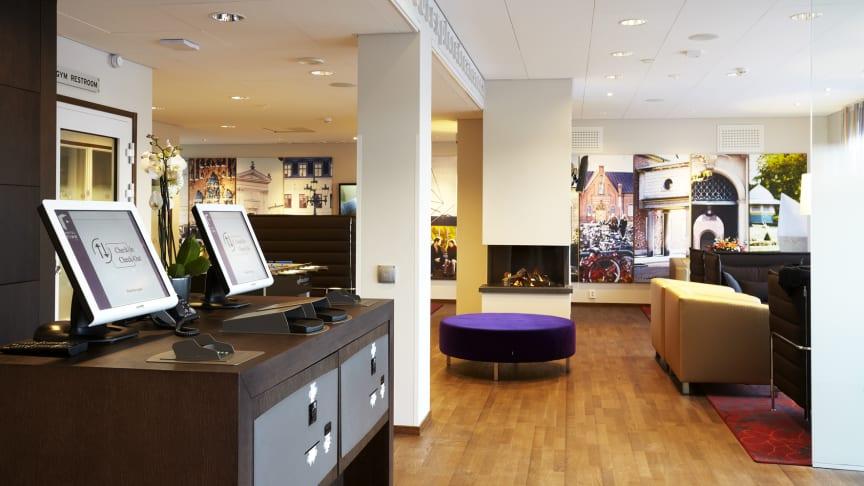 Hotel Finn erbjuder en lobby med incheckningskiosker och vardagsrumskänsla. Fotograf Charlotte Carlberg-Bärg.